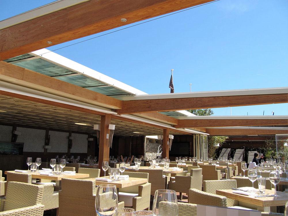 Restaurant avec une grande surface couverte par une verrière escamotable - TOITEL