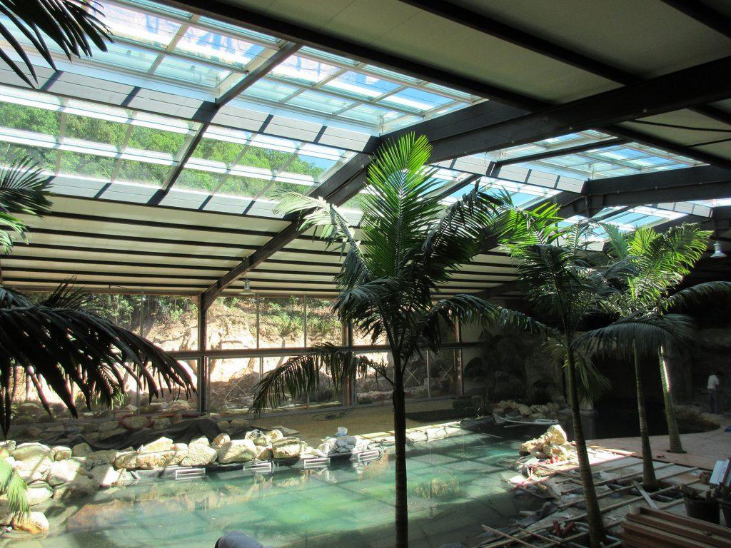 Toiture amovible motorisée pour créer un puit de lumière sur une serre tropicale - TOITEL