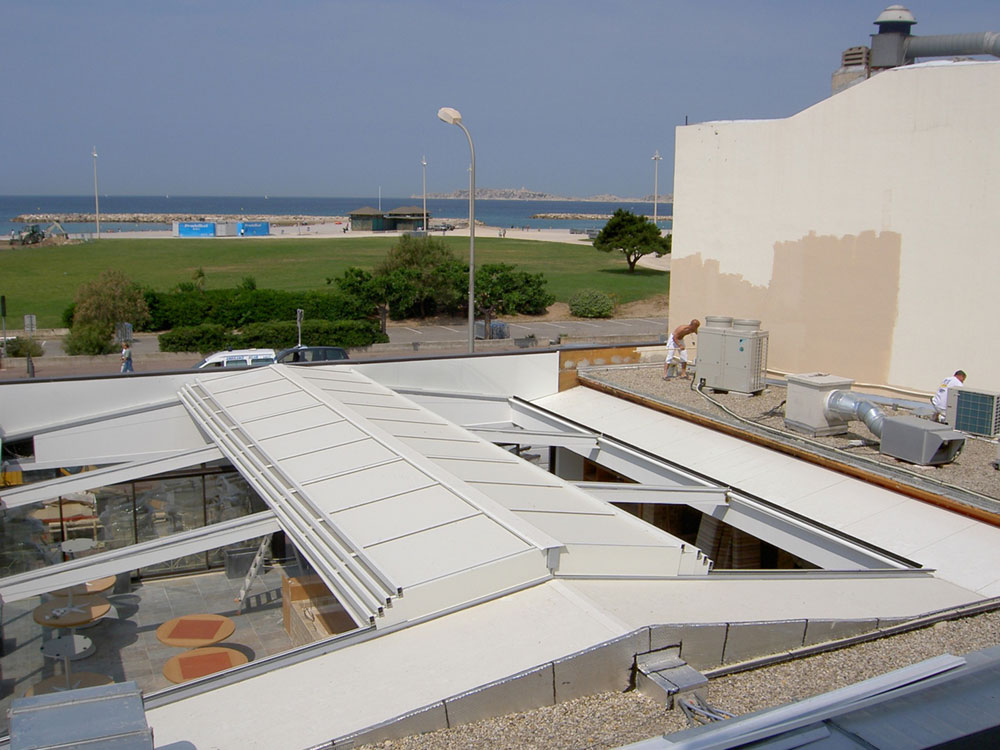 Toit coulissant sur la terrasse du restaurant LE DAVID à Marseille - TOITEL