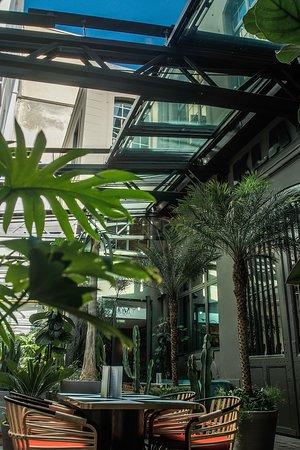 Toiture rétractable pour restaurant LE KLAY SAINT SAUVEUR avec une verrière coulissante - 3